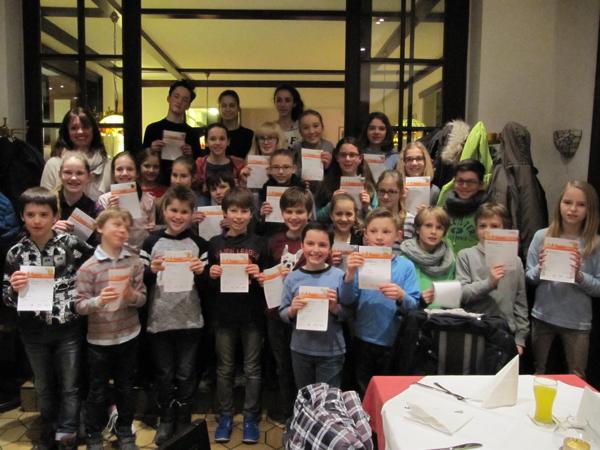 Die fröhlichen Kinder mit ihren Urkunden und ihrer Übungsleiterin Anke Loh